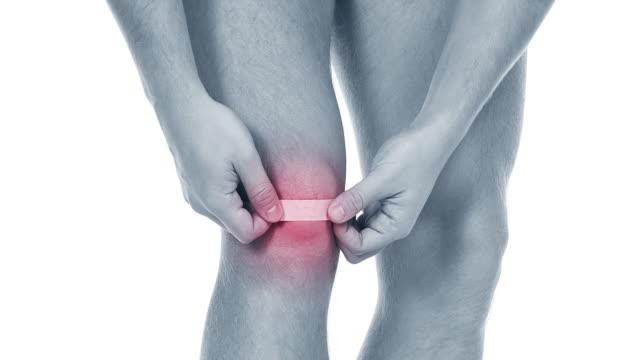pain in a knee. sports trauma - cartilagine video stock e b–roll