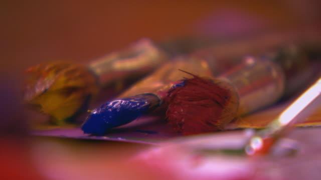 paint brushes close up - 少数の物点の映像素材/bロール