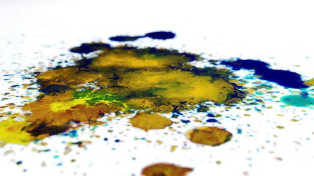 vídeos de stock e filmes b-roll de paint drop colorful falling slow motion white background splashing - gota a cair na água