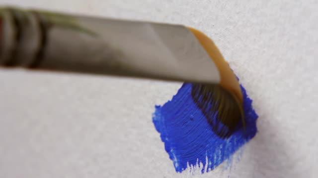 vidéos et rushes de pinceau et la couleur bleue - toile à peindre