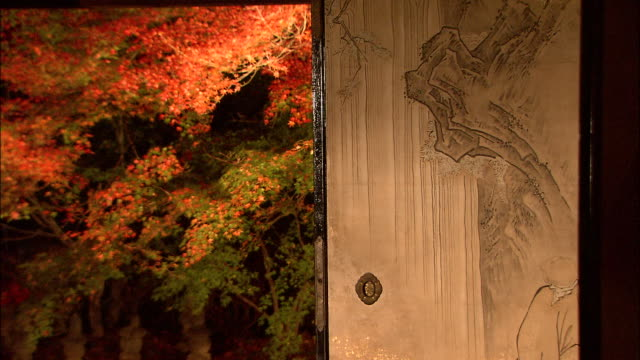 painted sliding doors open to a beautiful autumn garden. jisso-in temple - 建物入口点の映像素材/bロール