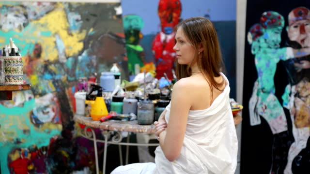 Maler zeichnen eine Frau in den art studio