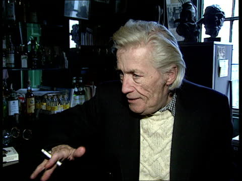vídeos de stock e filmes b-roll de painter francis bacon has died aged 82 england london dean st the colony room club jeffrey barnard intvwd sof he asked me in a very loud voice what i... - female reproductive system