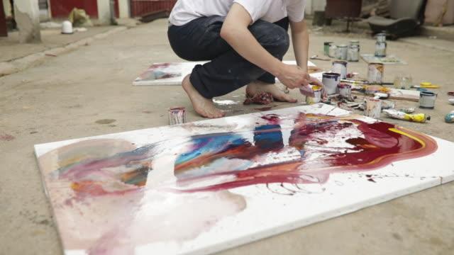 vídeos de stock e filmes b-roll de painter on the street - one mid adult man only