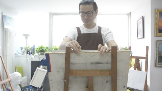vídeos y material grabado en eventos de stock de painter painting in studio - cabello recogido