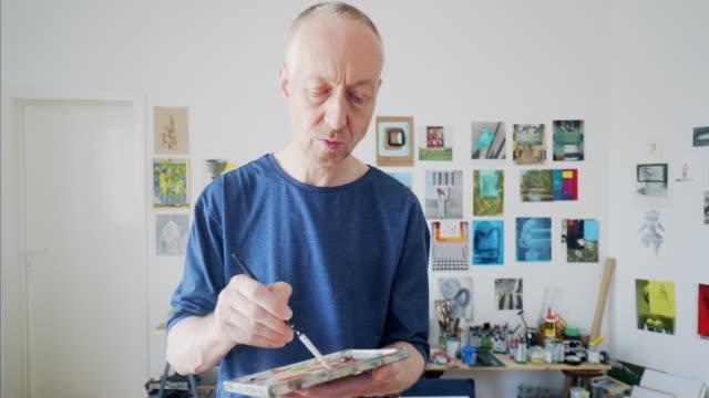 vídeos de stock, filmes e b-roll de preparando-se para terminar o seu trabalho de pintor - vista frontal