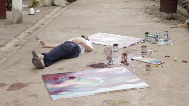 vídeos de stock, filmes e b-roll de pintor relaxante - painter artist