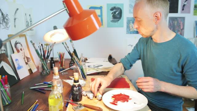 vídeos de stock, filmes e b-roll de pintor trabalhando em sua oficina. - painter artist