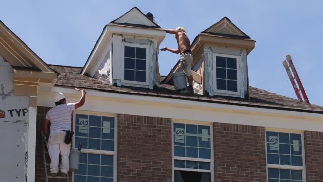 vidéos et rushes de painters work on a house, residential construction - classe ouvrière