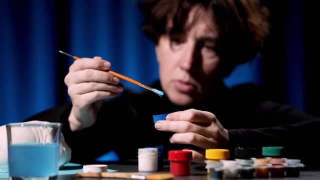 石膏の置物を塗る - 美術工芸品点の映像素材/bロール