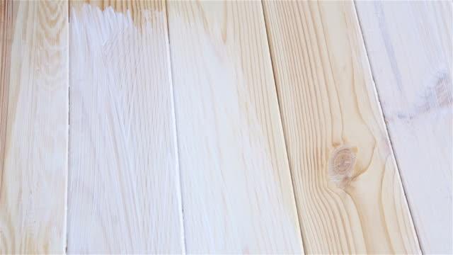 vídeos de stock, filmes e b-roll de pintar uma mesa de madeira na cor branca. - madeira