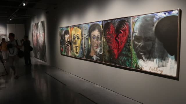vídeos de stock e filmes b-roll de painting and sculptures by the artist jim dine are displayed at the malaga centre pompidou. the exhibition will be on display from 10th july to 6th... - museu
