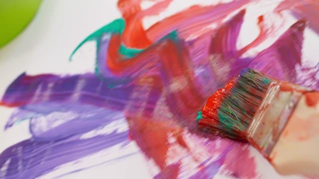 白い紙を横切って滑走 pov ペイントブラシ - 絵筆点の映像素材/bロール