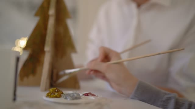 stockvideo's en b-roll-footage met painting christmas decorations - doe het zelven