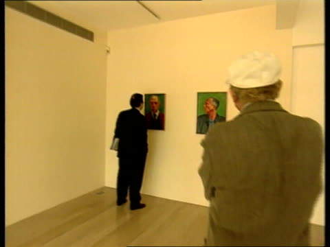 vidéos et rushes de david hockney exhibition; nick serota chatting to woman serota and woman looking at painting hockney smoking a cigarette self-portrait and detail of... - museum