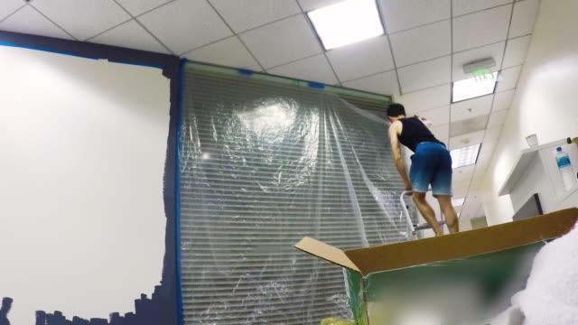vídeos de stock e filmes b-roll de painting & decorating - time lapse - 4k - pano de protecção