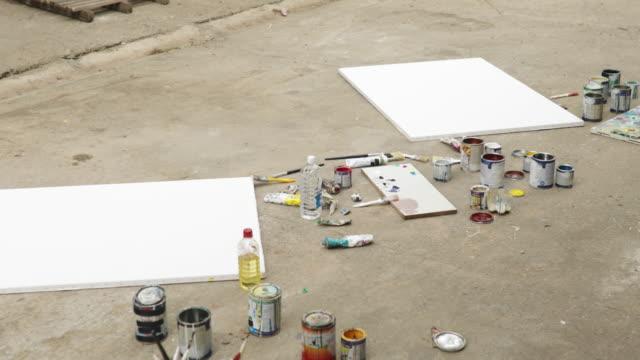 stockvideo's en b-roll-footage met schilderij van apparatuur is klaar - canvas