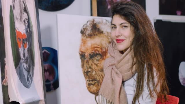 vidéos et rushes de painting in her studio - rouge à lèvres rouge