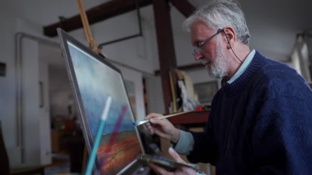 vídeos de stock, filmes e b-roll de a pintura é a sua paixão - painter artist