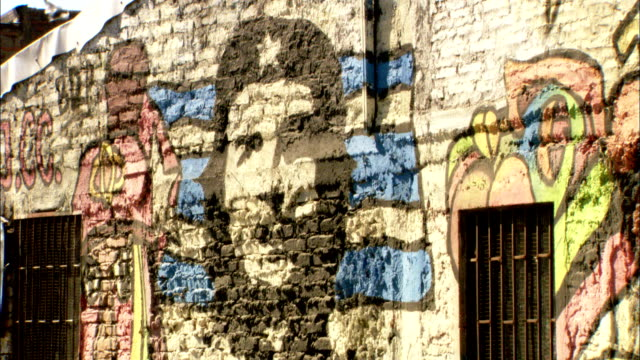 a painting of che guevara covers a brick wall. available in hd. - che guevara stock videos & royalty-free footage