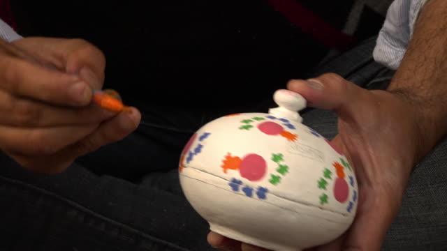 vídeos y material grabado en eventos de stock de painting paper mache powder box - papier