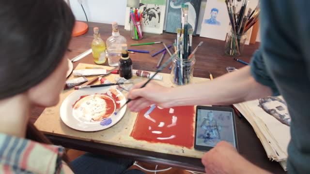 vídeos de stock, filmes e b-roll de pintura com o professor e aluno no estúdio. - desenhar atividade