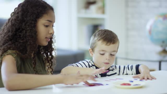 vidéos et rushes de peinture avec les mains - nurse