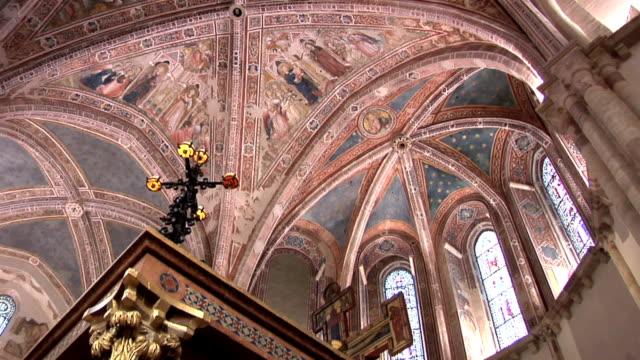 dipinti in chiesa di santa chiara, assisi - dentro video stock e b–roll