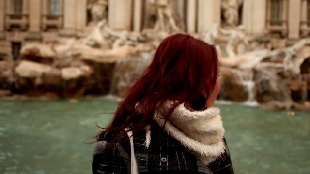 stockvideo's en b-roll-footage met pair in trevi fountain - fontein
