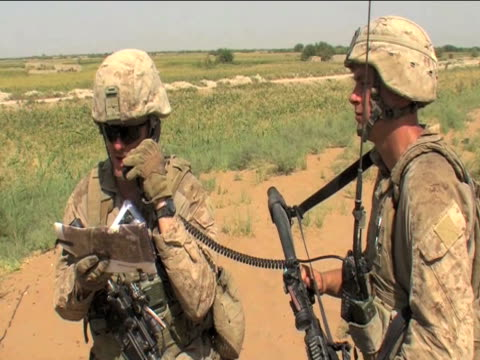 pair of british soldiers on patrol afghanistan 2 december 2009 - 2001年~ アフガニスタン紛争点の映像素材/bロール