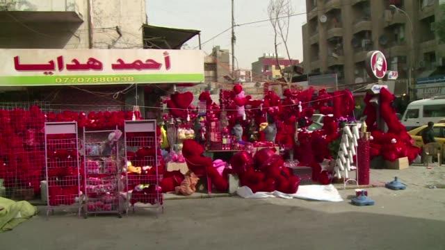 paises en conflicto hacen este sabado un parentesis en el clima de tension para celebrar el amor y la pasion en el día de san valentin - día stock videos & royalty-free footage