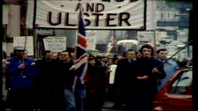 vidéos et rushes de paisley court hearing begins northern ireland antrim ballymena ms suporters with 'forgod and ulster' placard march towards cms ditto pan paisley in... - irlande