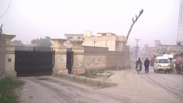 pakistan anuncio el levantamiento de la moratoria sobre la pena de muerte en casos de terrorismo al dia siguiente de que los talibanes masacraran a... - luto stock videos and b-roll footage