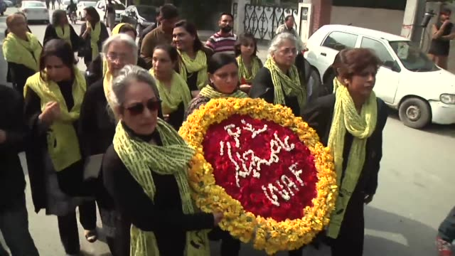 vídeos de stock, filmes e b-roll de pakistan bids farewell to its top rights advocate asma jahangir with thousands cramming into a major cricket ground under tight security to grieve... - compasso