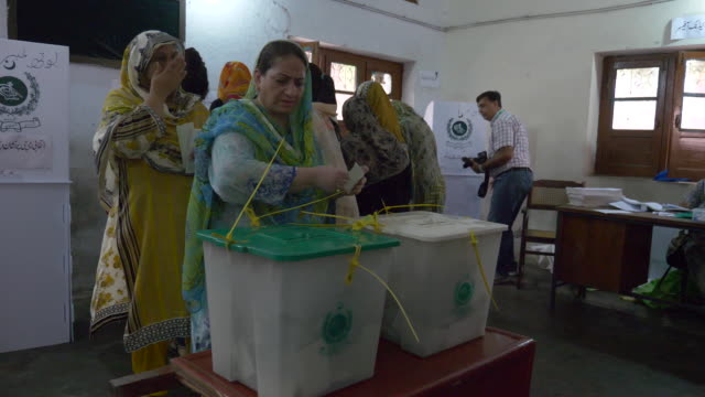 vídeos de stock e filmes b-roll de pakistan election day in lahore pakistan on wednesday july 25 2018 - boletim de voto