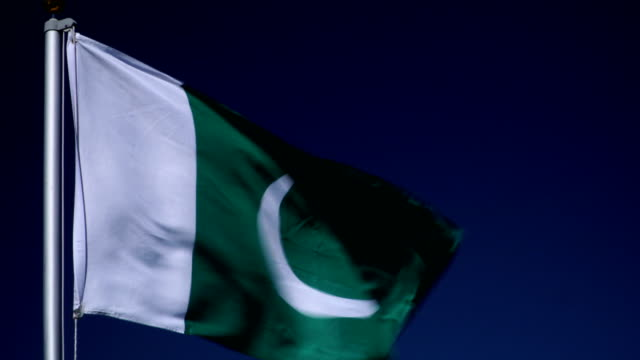 vídeos de stock e filmes b-roll de 4k: pakistan flag on flagpole in front of blue sky outdoors (pakistan) - paquistão