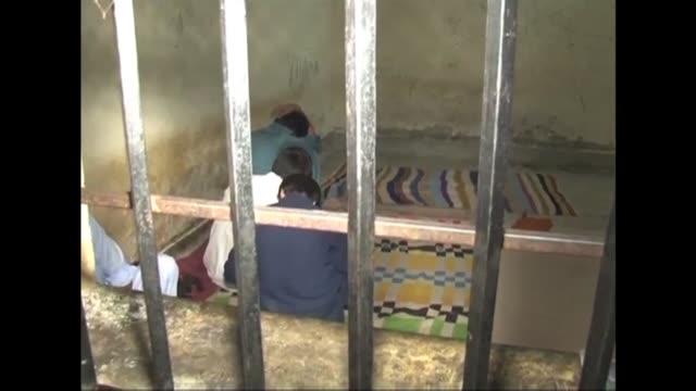 pakistan investiga el que podria ser el mayor escandalo de violacion de ninos de su historia en el que cerca de 300 victimas habrian sido filmadas en... - hombres stock videos & royalty-free footage