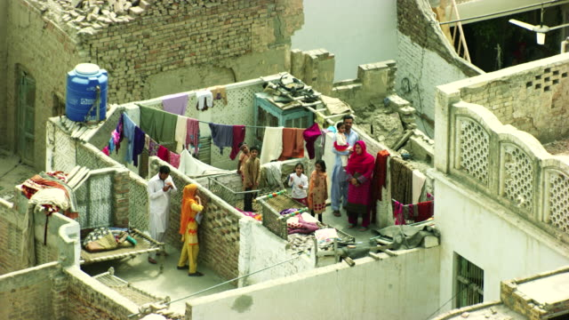 vídeos de stock e filmes b-roll de pakistan :  people on roofs - paquistão