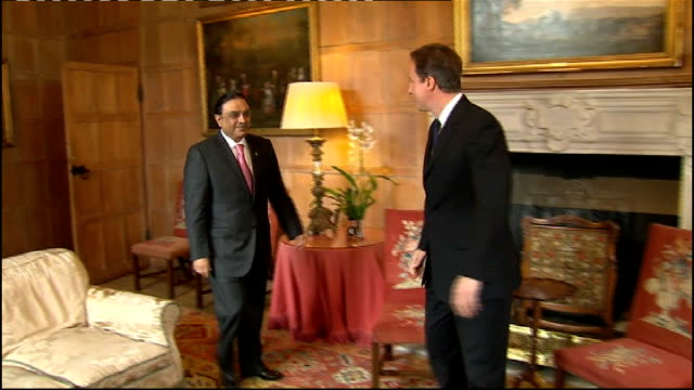 vídeos y material grabado en eventos de stock de pakistan president in talks with david cameron buckinghamshire chequers photography *** david cameron mp into room with zardari and shaking hands for... - buckinghamshire