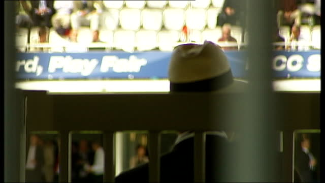 vidéos et rushes de pakistani cricketers salman butt and mohammad asif corruption charges t20091012 lord's cricket ground back view of man with fans in stands in... - jouer aux jeux de hasard