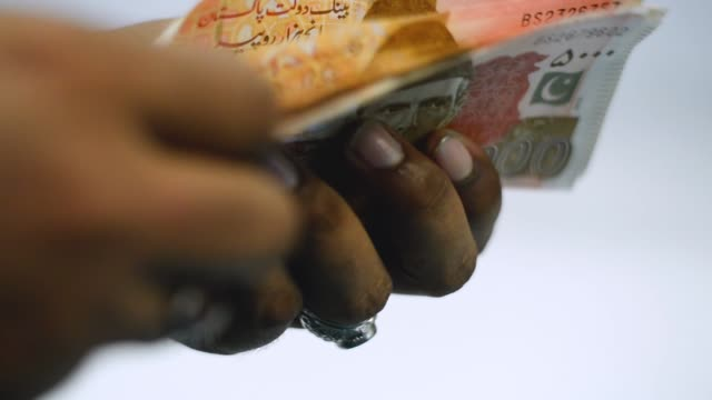 vídeos y material grabado en eventos de stock de pakistani currency notes - pakistán