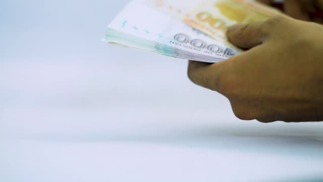 vídeos de stock, filmes e b-roll de pakistani currency notes - casa de câmbio