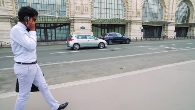 vidéos et rushes de homme pakistanais au travail dans la ville à pied - moyen oriental
