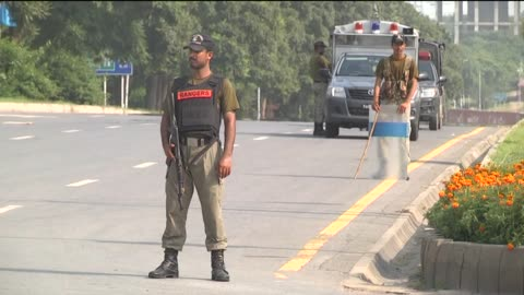 vídeos de stock, filmes e b-roll de pakistani security forces stand guard in islamabad's red zone as demonstrators enter the area to take part in the ongoing anti-government protests on... - presidente de empresa