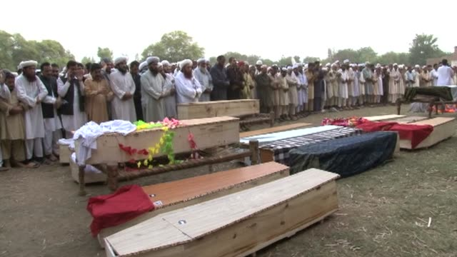 pakistanis bury their dead after a car bomb killed at least 39 people in the northwestern city of peshawar clean funerals take place after bomb kills... - peshawar video stock e b–roll