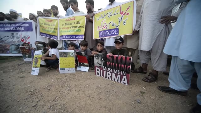 pakistanis hold a protest rally against violence on rohingya muslims in myanmar on september 05 2017 in islamabad pakistan thousands of rohingya... - zia video stock e b–roll