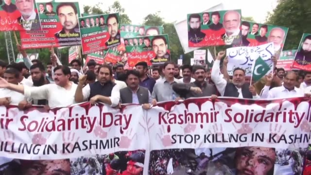pakistanis march in lahore to protest against india's move to abolish kashmir's special status a moved condemned by pakistan as illegal - punjab pakistan bildbanksvideor och videomaterial från bakom kulisserna