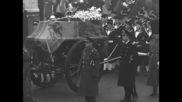 vidéos et rushes de palace at westminster grounds and awaiting funeral procession / royal navy sailors march in procession and haul gun carriage carrying george vi's... - wagon