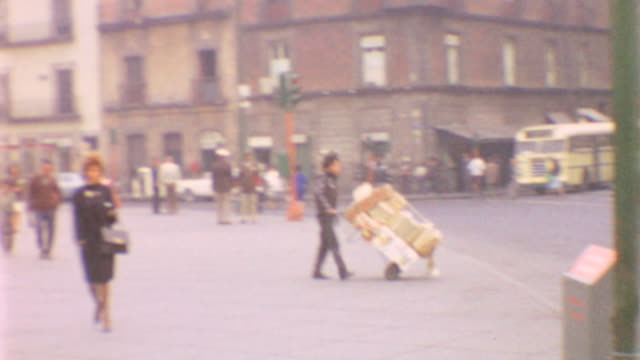 vidéos et rushes de palace entrance / murals by diego rivera / palace exterior / street vendors / street traffic / national palace mexico on may 01 1962 in mexico city... - vendeur ambulant