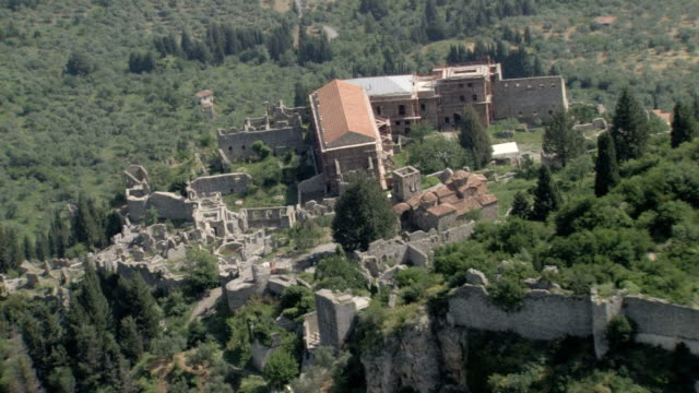 ws aerial zi zo palace in mistras and mystras old city / sparti, laconia, mystras, peleponnesus, peloponnese, greece - haltbarkeit stock-videos und b-roll-filmmaterial